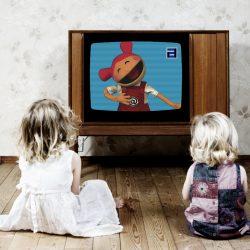 С какого возраста ребенку можно смотреть телевизор: условия для просмотра и влияние на здоровье