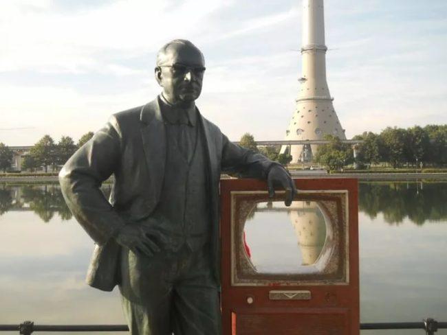 Памятник Владимиру Зворыкину